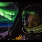 Un pilote de l'US Air Force vole au milieu des aurores boréales