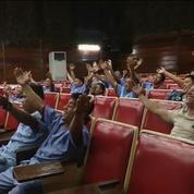Aux Philippines, le yoga du rire aide les soldats à guérir
