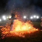 En Inde, une tribu célèbre un rituel de feu