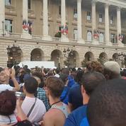 Retour des Bleus : la déception des supporters devant l'hôtel Crillon