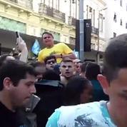 Brésil : le candidat d'extrême droite poignardé en plein meeting