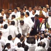 Les images insolites d'une bagarre dans le Parlement du Sri Lanka