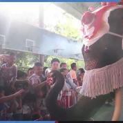 Thaïlande: un père Noël pas comme les autres pour des écoliers