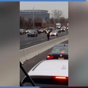 États-Unis : un fourgon blindé sème des billets sur une autoroute