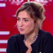 C à vous : Julie Gayet très émue lors de l'annonce du départ de François Hollande