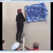 Najat Vallaud-Belkacem perchée sur une échelle