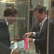 Aux Pays-Bas, le Premier Ministre nettoie quand il renverse son café