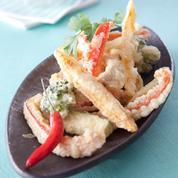 Assortiment de tempura de légumes au sésame sauce les gourmandes à la tomate avec une pointe de piment