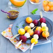 Brochettes de billes multicolores : melon, mozzarella, betterave et mangue