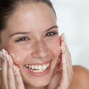Ces mauvais réflexes quotidiens qui abîment notre peau à long terme