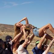 Hailey Baldwin, égérie gipsy pour H&M loves Coachella