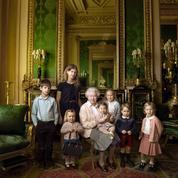 Elizabeth II pose avec les plus jeunes membres de la famille royale