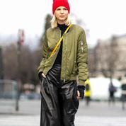 Sneakers, besace, jeans larges… quand le confort redevient à la mode