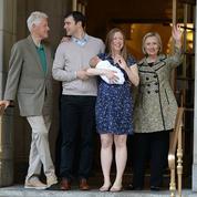 Chelsea Clinton présente son fils à la sortie de la maternité