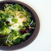 Œuf mollet aux petits pois et salade d'herbes