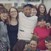 Pharrell Williams visite les ateliers Chanel pour la collection