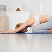 Stress, tensions… 5 exercices de yoga à faire chez soi ou au bureau pour se détendre