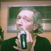 Vincent Cassel se rase la tête dans une vidéo