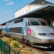 Un couple fait une pause cigarette, le TGV repart avec le bébé