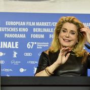 Catherine Deneuve remet en place une journaliste à Berlin