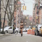 Vidéo : Emily Ratajkowski en lingerie dans les rues de New York pour DKNY