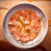 Saumon mi-cuit, vinaigrette fruit de la passion, poivre du Népal