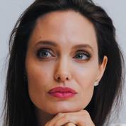 De retour avec Brad Pitt selon les rumeurs, Angelina Jolie pose avec ses 6 enfants sur le tapis rouge