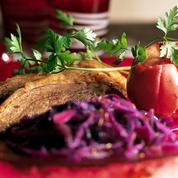 Oie rôtie aux pommes et chou rouge