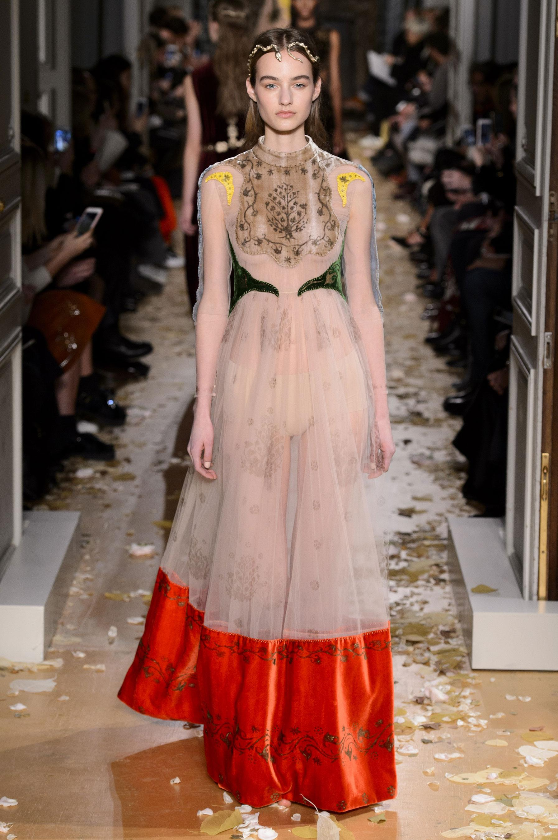 D fil valentino printemps t 2016 couture madame figaro for Haute couture houses 2016