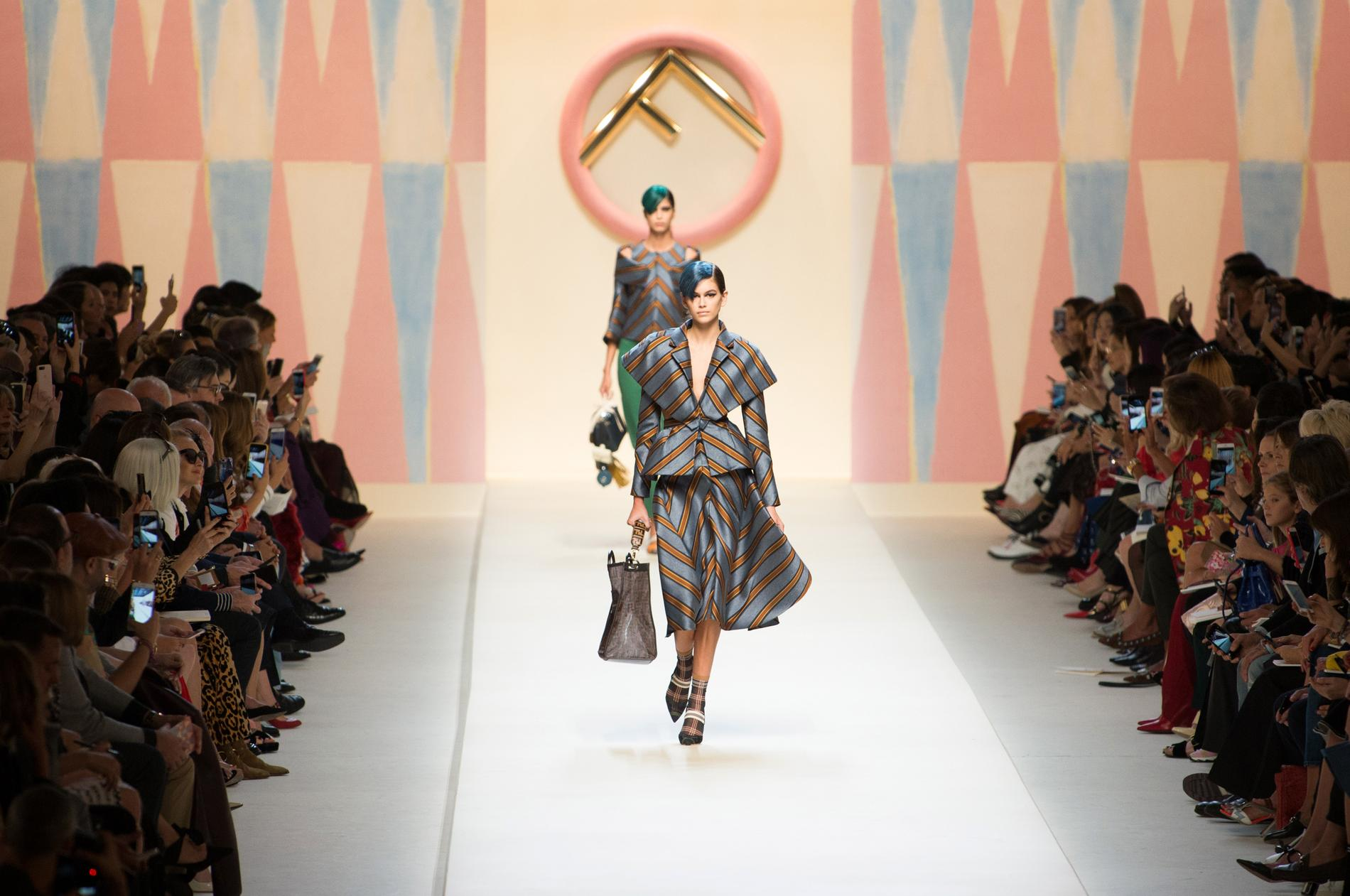 Défilé Fendi printemps-été 2018, Milan - Look 2. Défilé Fendi Prêt-à-porter  Printemps-été 2018 Milan - photo 2 Imaxtree 7d5f004cb04