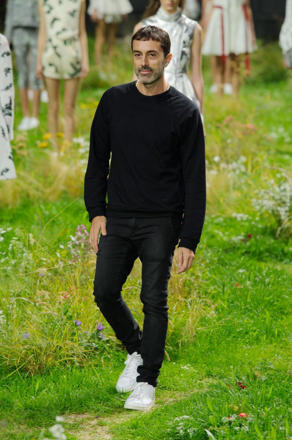 На показе модной коллекции одежды Moncler Gamme Rouge весна-лето 2016,  проходившем в Париже, зрители были впечатлены не столько легкими нарядами,  ... 2197e19aa4b