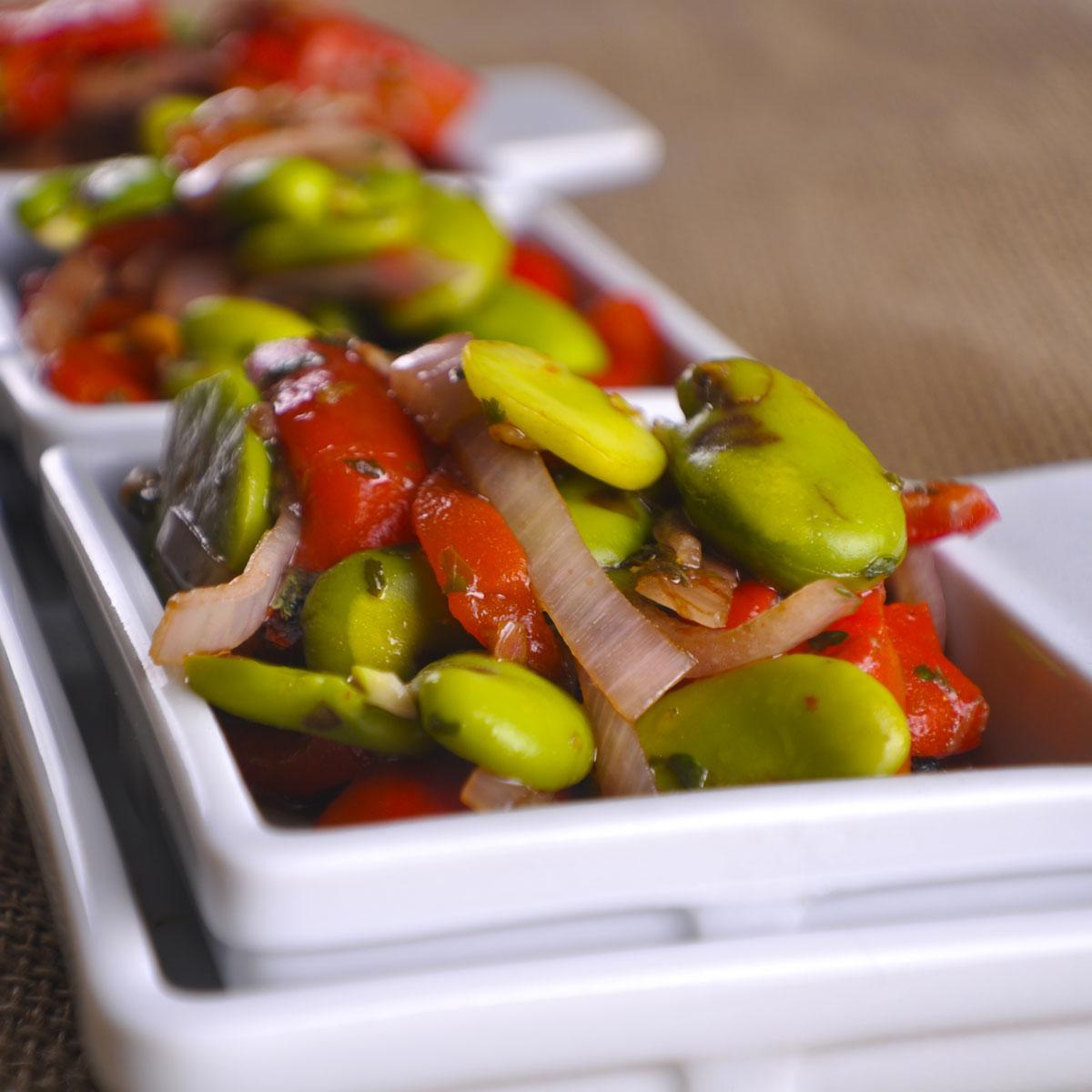 recette salade de f ves au poivron cuisine madame figaro. Black Bedroom Furniture Sets. Home Design Ideas
