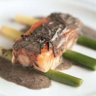 vin rouge avec saumon ustensiles de cuisine. Black Bedroom Furniture Sets. Home Design Ideas