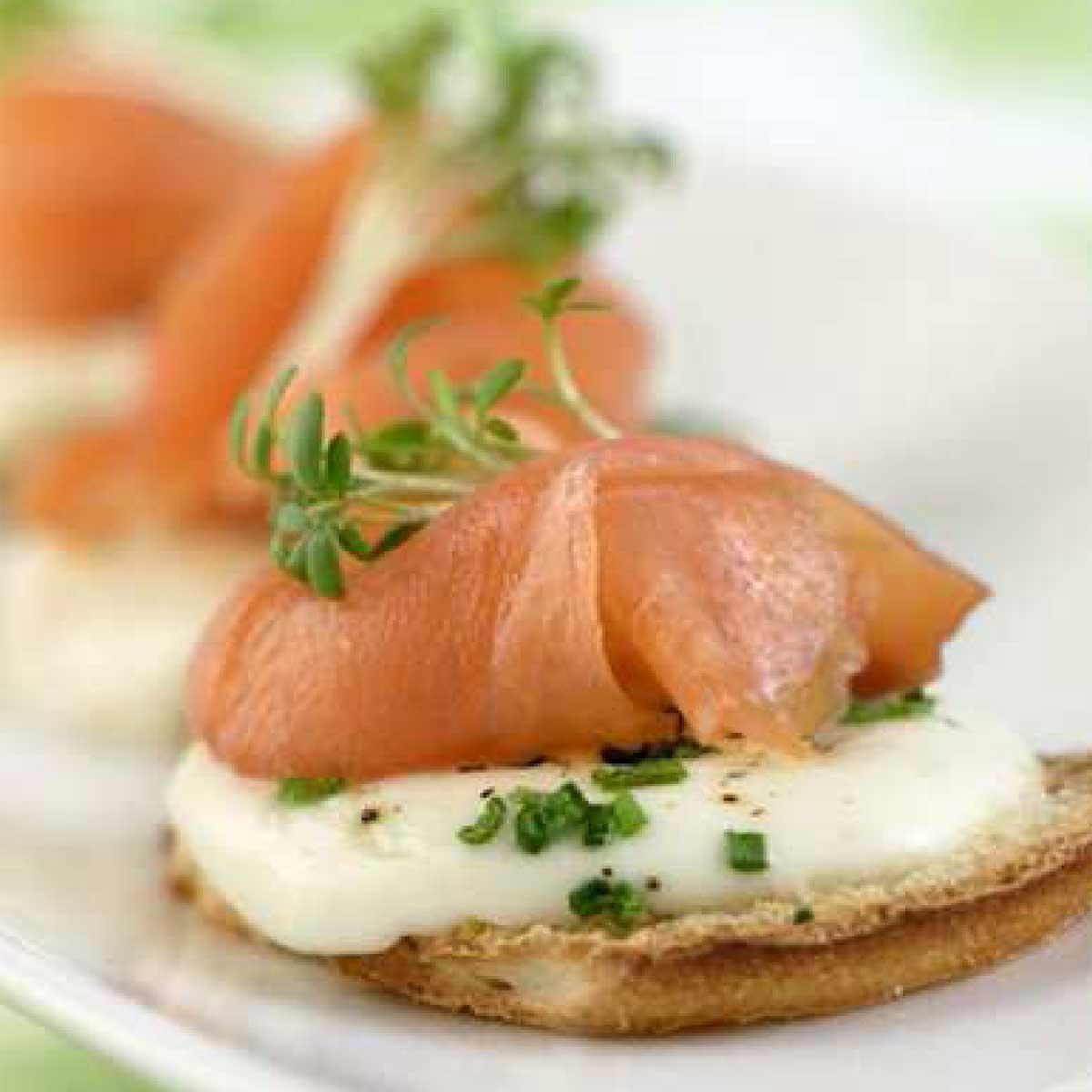 recette toasts de saumon fum la mozzarella cuisine madame figaro. Black Bedroom Furniture Sets. Home Design Ideas