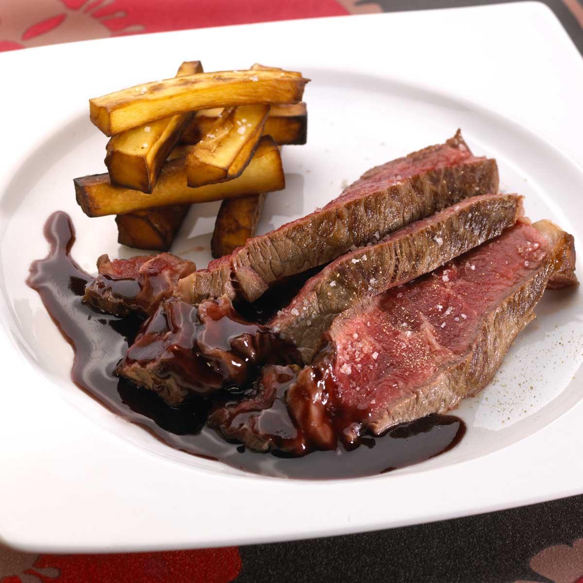 Recette c te de b uf sauce carlate et frites de panais cuisine madame figaro - Duree cuisson cote de boeuf ...