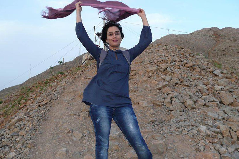 Journée mondiale de femme sans voile  Des-iraniennes-enlevent-leur-voile-sur-facebook_3