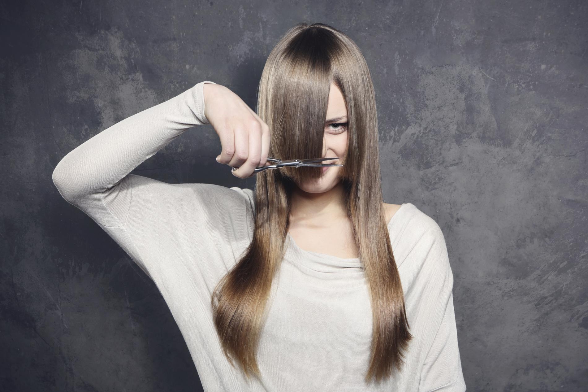 Comment couper soi m me ses cheveux longs madame figaro - Comment couper une frange soi meme ...