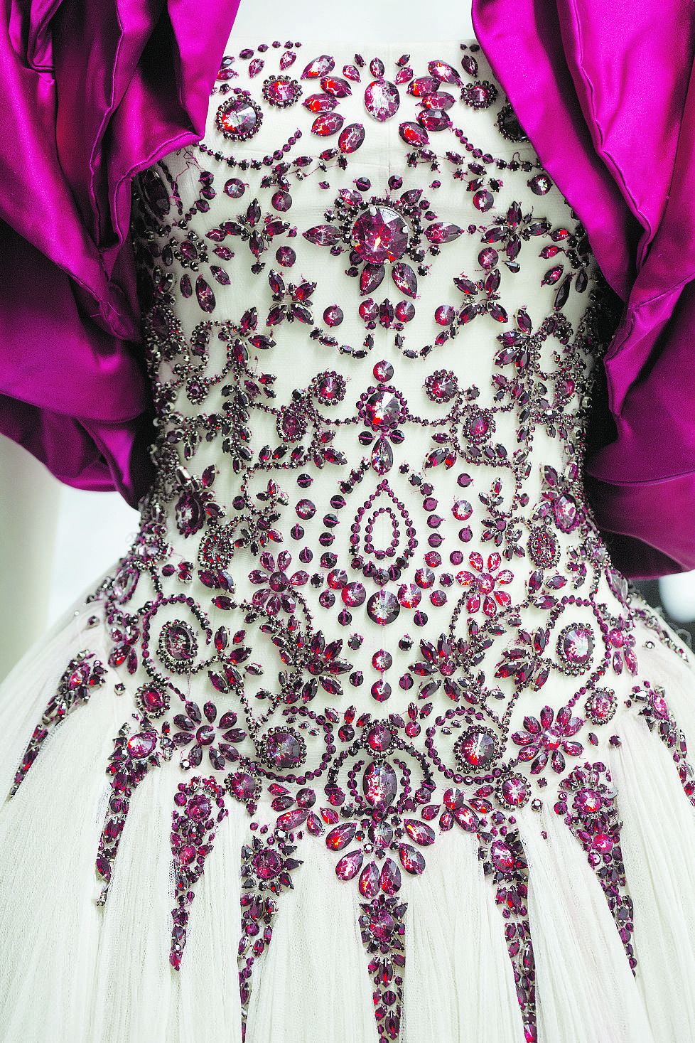 Robe (détail) rebrodée de cristaux Swarovski, collection Sarabande, été  2007, Alexander McQueen. 5421a0f79df