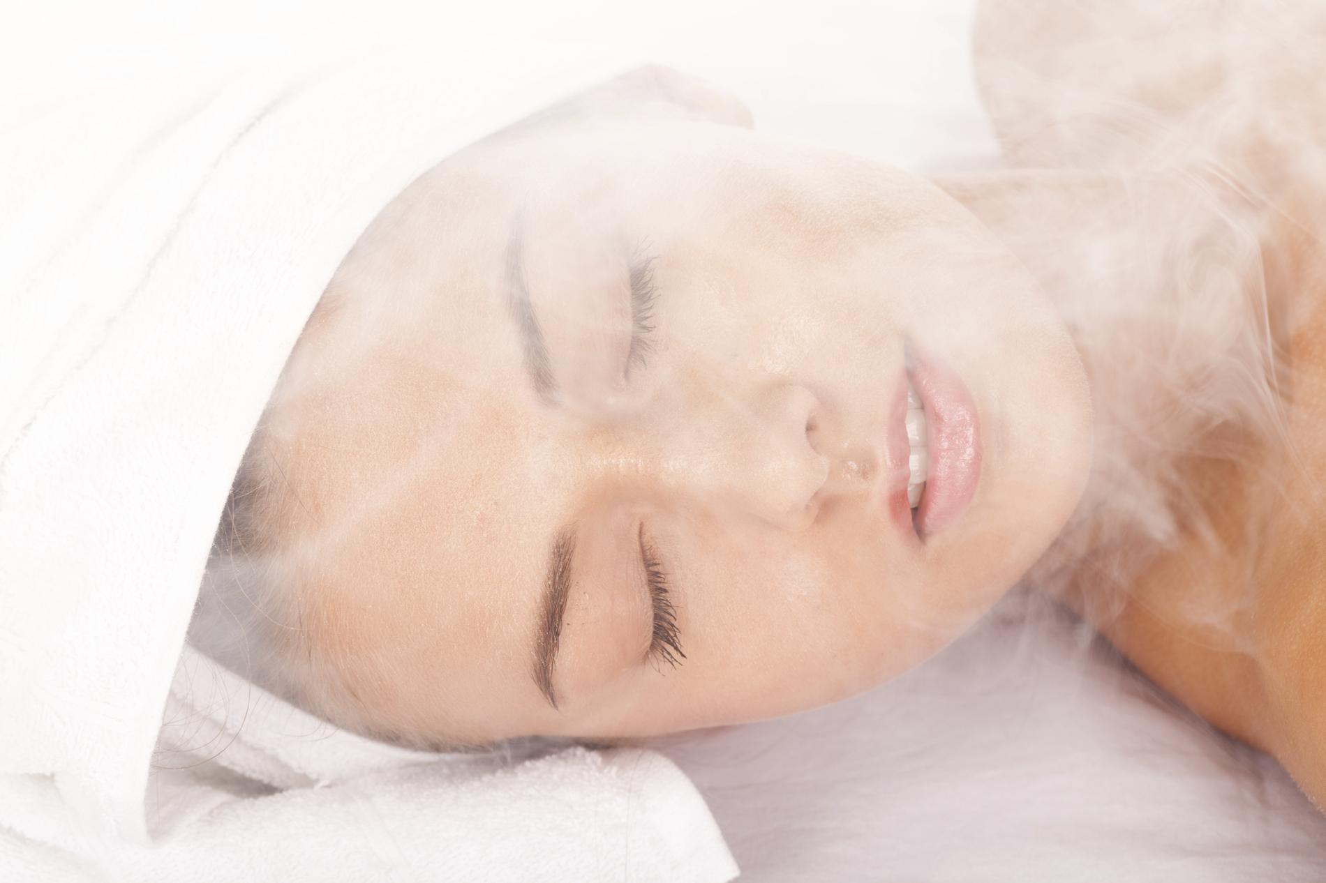 toutes les tapes d 39 un bon bain de vapeur pour son visage madame figaro. Black Bedroom Furniture Sets. Home Design Ideas