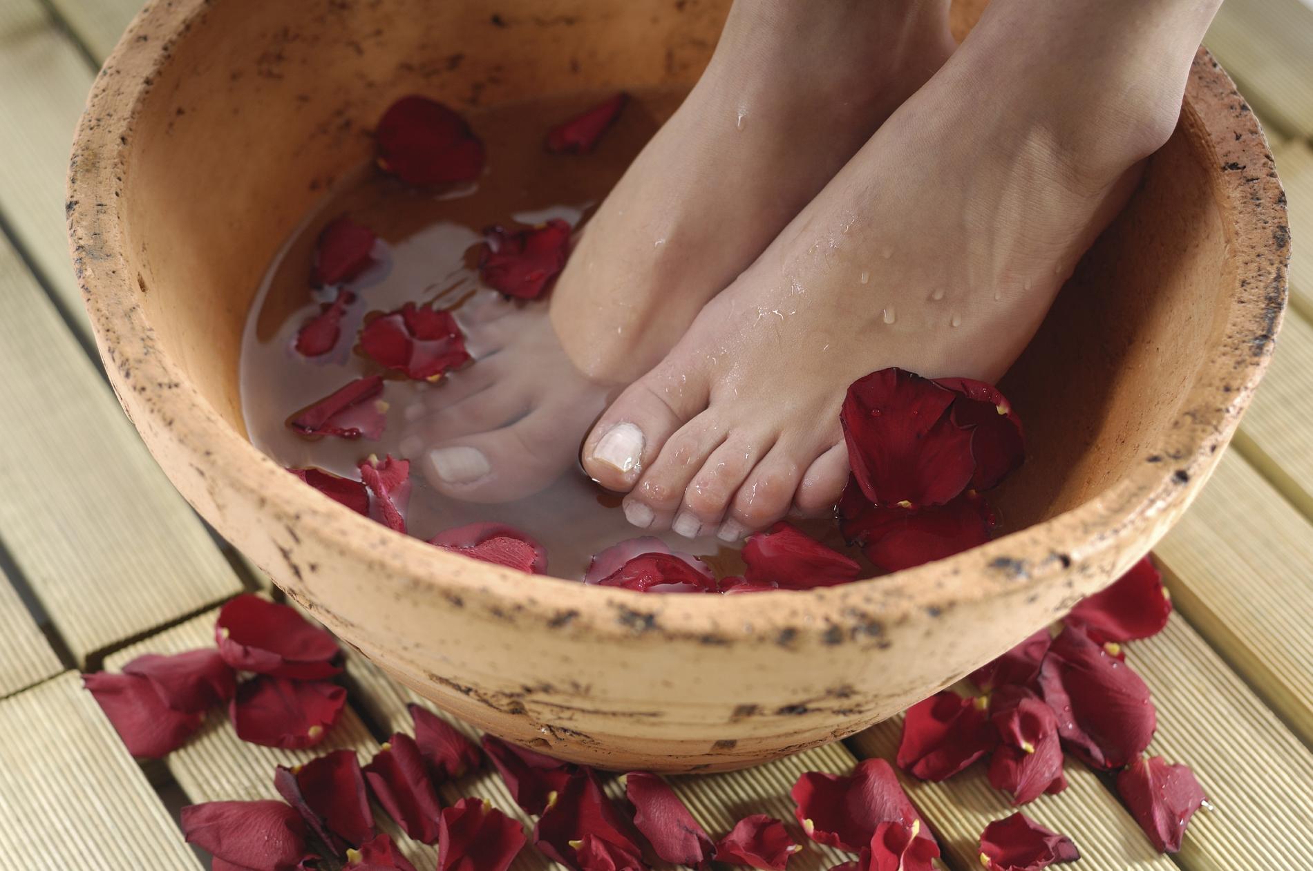 Bain de pieds nos recettes maison pour de beaux petons for Bain de pied maison pour pied sec