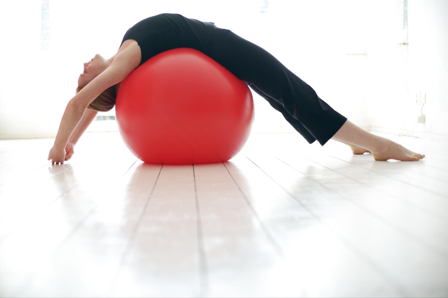 abdos bras fessiers 7 exercices faire avec un ballon de. Black Bedroom Furniture Sets. Home Design Ideas