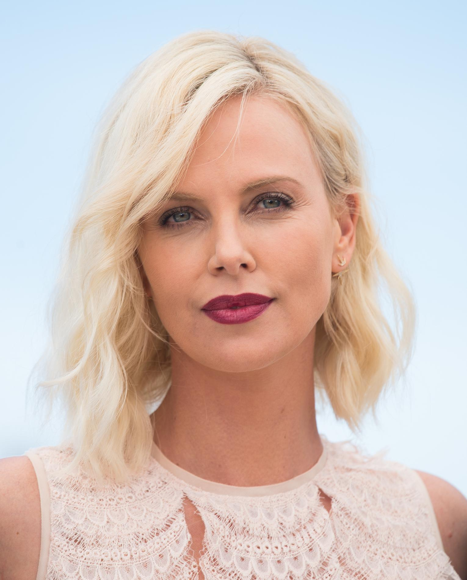 charlize theron coloration comment adopter le blond polaire - Meilleure Coloration Blonde
