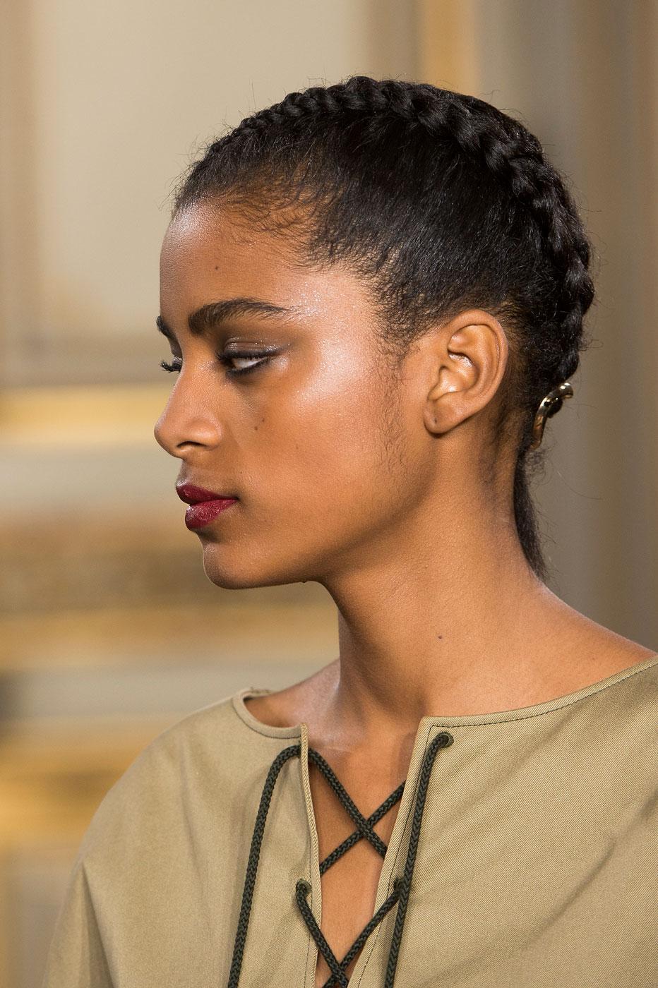 Nos idées de coiffures pour les cheveux crépus, frisés ou lissés  la  tresse du défilé Vanessa Seward