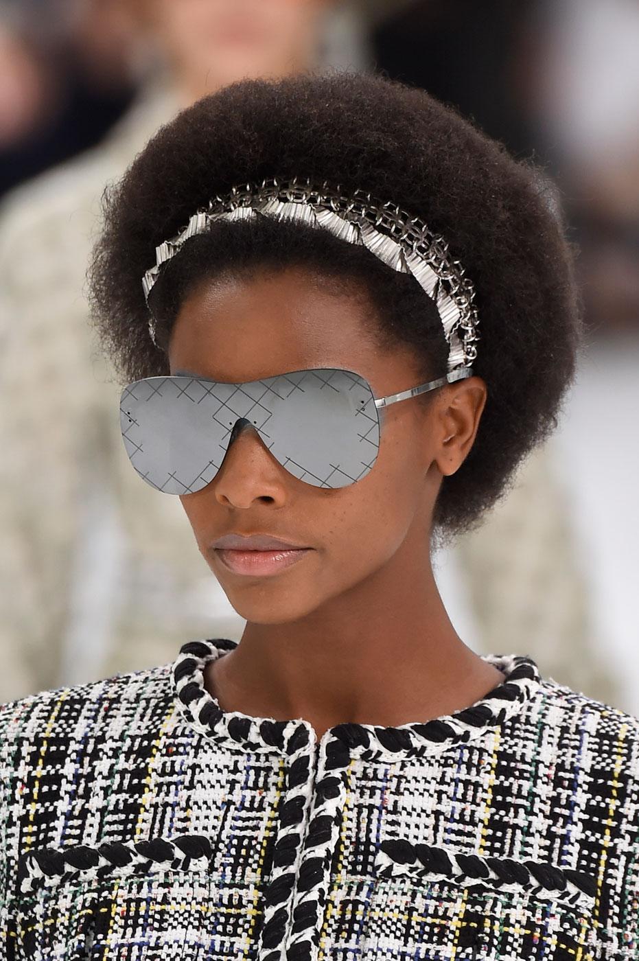 cheveux cr pus fris s ou liss s 21 id es de coiffure dont s 39 inspirer madame figaro. Black Bedroom Furniture Sets. Home Design Ideas