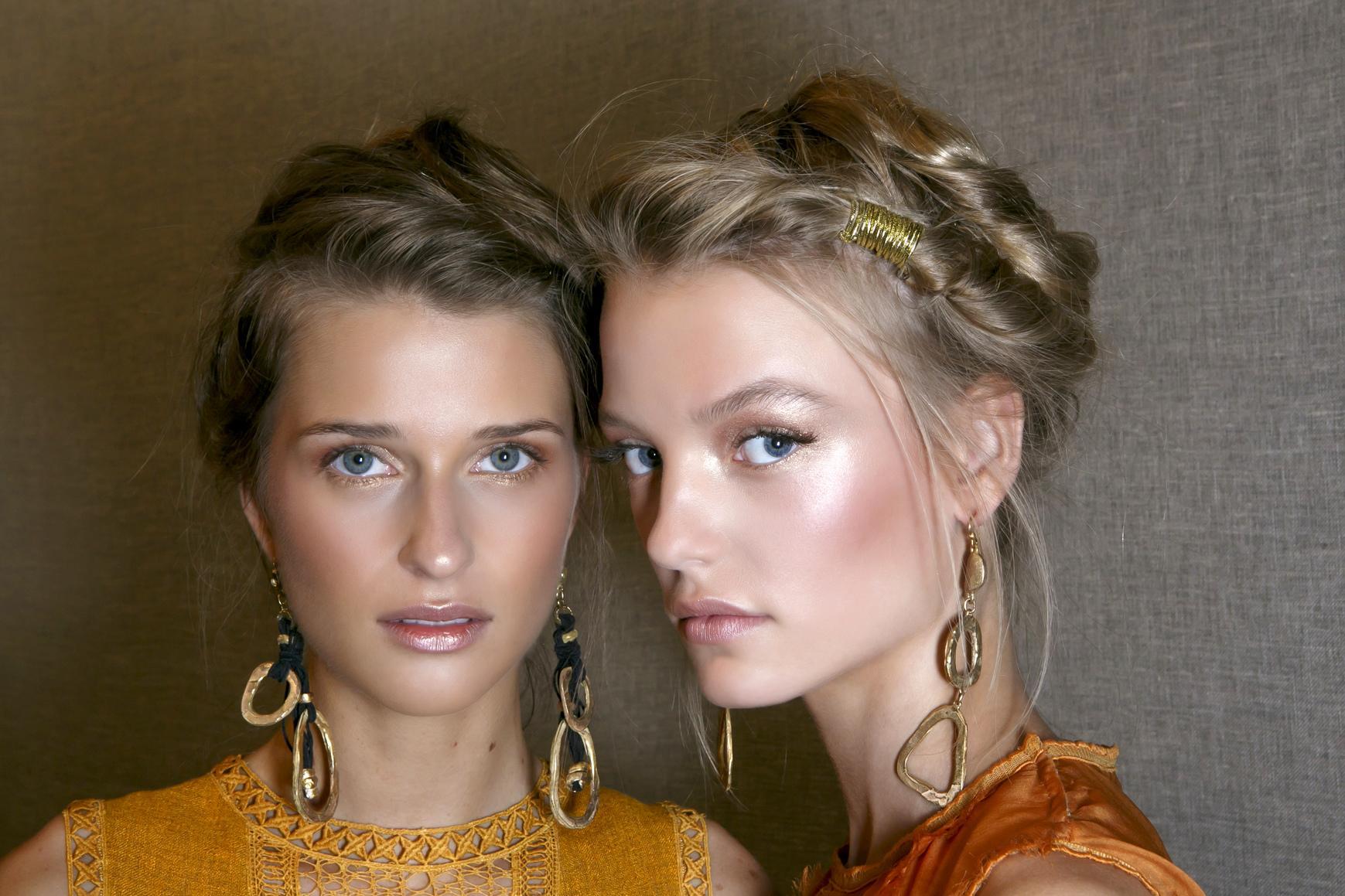 À Milan, pour le défilé printemps-été 2016 d Alberta Ferretti, la mise en  beauté des mannequins était estivale et naturelle   paupières irisées, ... ebc264aed985