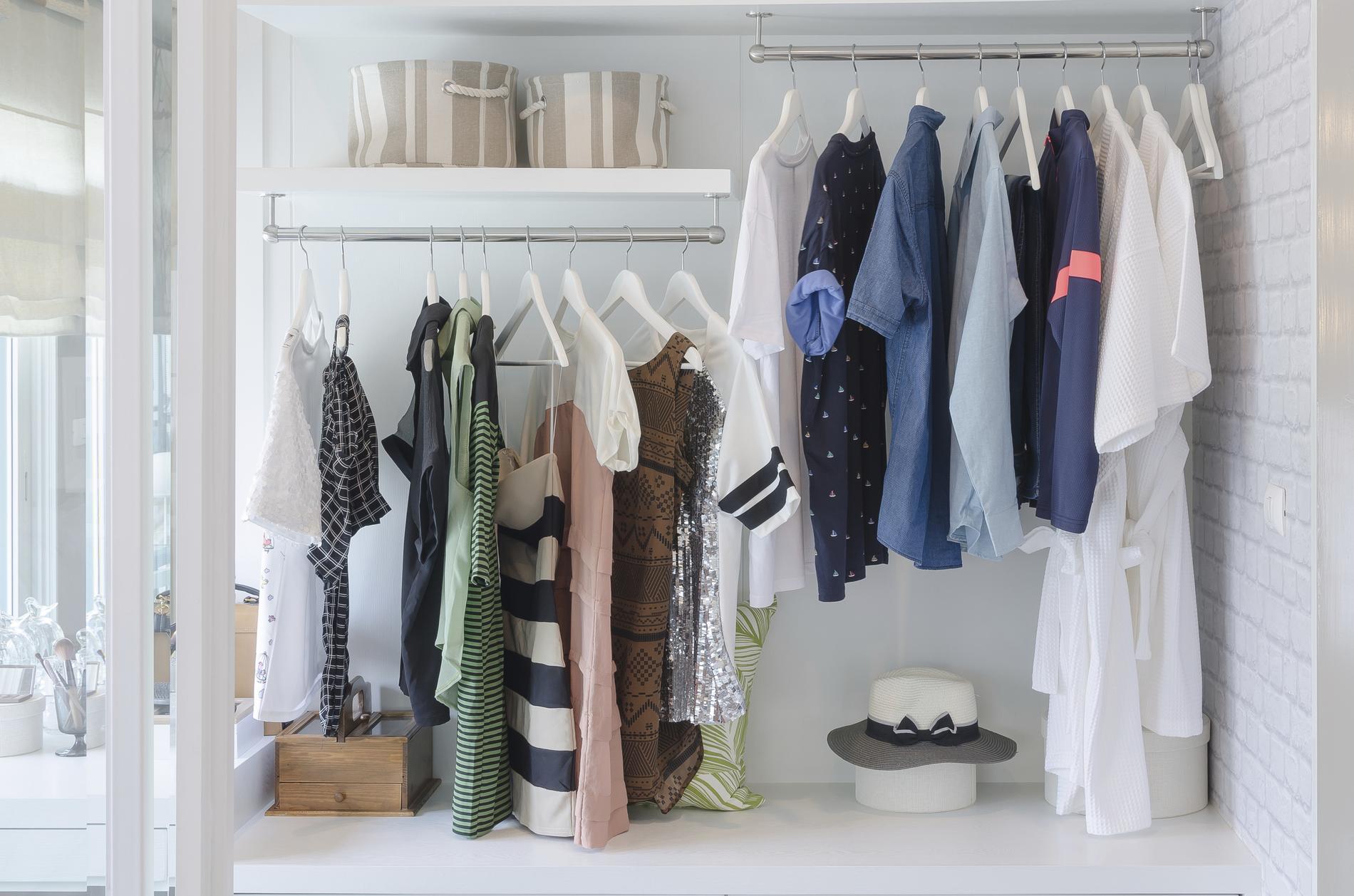 le dressing 333 la garde robe minimaliste adapt e la saison madame figaro. Black Bedroom Furniture Sets. Home Design Ideas