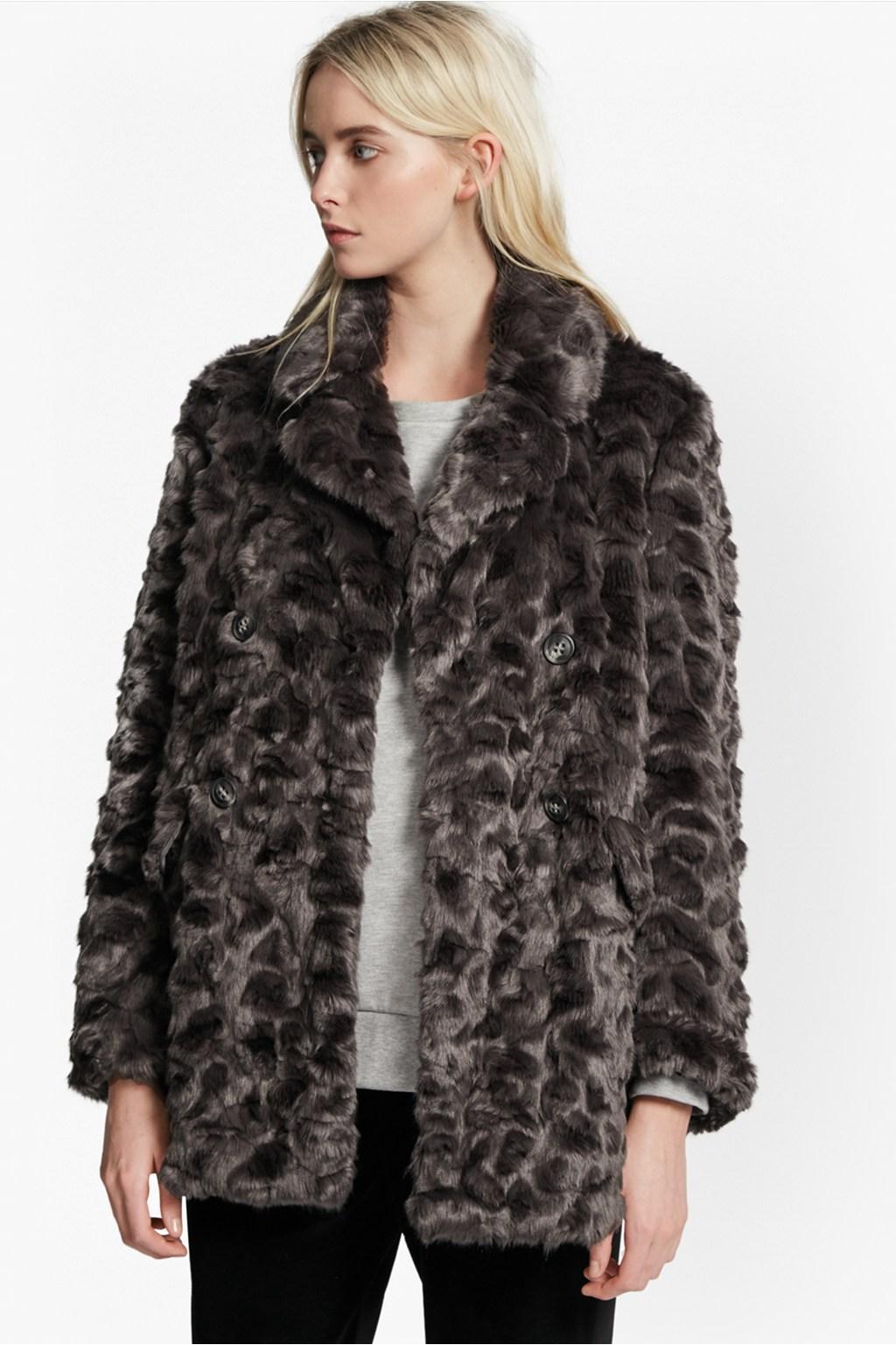 fausse fourrure ces manteaux qui nous font passer l 39 hiver en. Black Bedroom Furniture Sets. Home Design Ideas