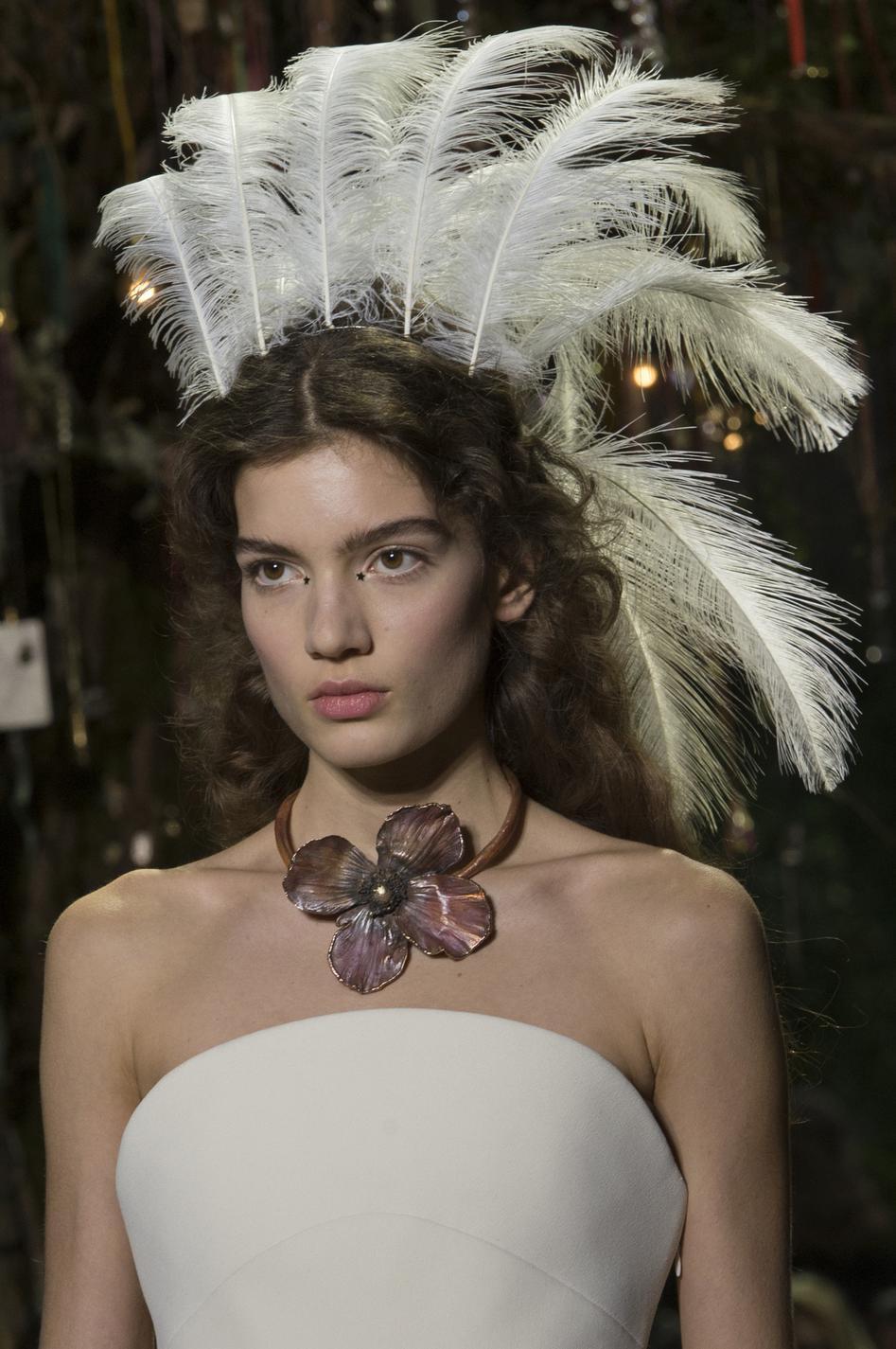 077ef9c29a65 ... Coiffures avec accessoires de la Fashion Week - le chapeau cordouan,  Jean-Paul Gaultier Coiffures avec accessoires de la Fashion Week - le  diadème ...