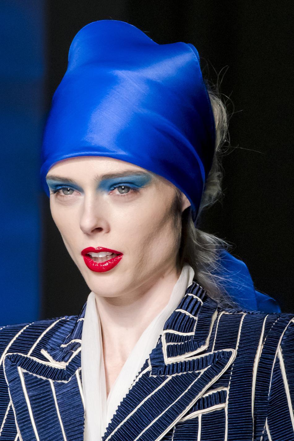 0f36ca4dfa05 Imaxtree Coiffures avec accessoires de la Fashion Week - le foulard,  Jean-Paul Gaultier ...