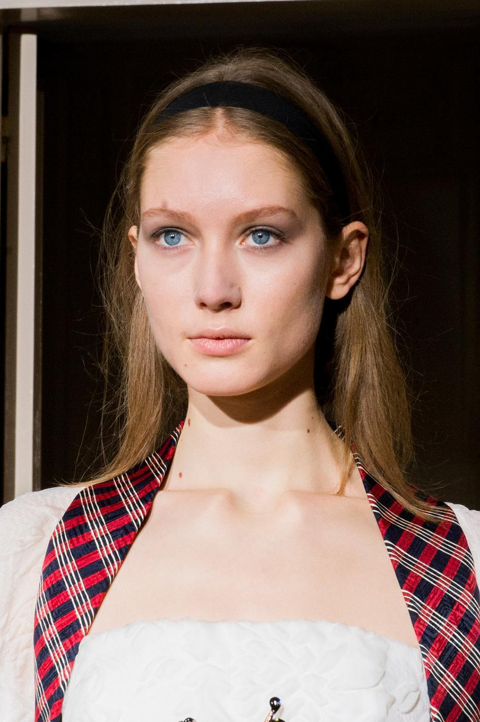 66fd19ca6740 ... Coiffures avec accessoires de la Fashion Week - le ruban sage, ...